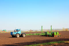 Trattore di agricoltura con il trivello Fotografia Stock Libera da Diritti