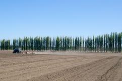 Trattore di agricoltura sul campo arato Immagini Stock