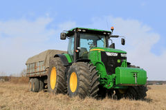 Trattore di John Deere 7280R e rimorchio agricolo Fotografia Stock Libera da Diritti