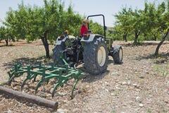 Trattore di Plowing Field With dell'agricoltore Immagini Stock Libere da Diritti