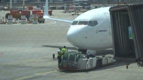 Trattore di Push-Back con gli aerei sulla pista in aeroporto, 15 04 2018 Tel Aviv, Israele video d archivio