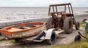 Trattore e barca Fotografie Stock Libere da Diritti