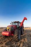 Trattore e rimorchio di agricoltura su un campo di stoppie Fotografia Stock Libera da Diritti