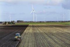 Trattore ed aratro sul lavoro sul campo nella provincia olandese di Flevoland Fotografia Stock