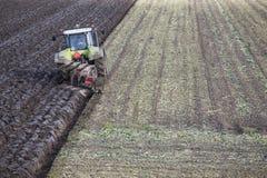 Trattore ed aratro sul lavoro sul campo nella provincia olandese di Flevoland Fotografia Stock Libera da Diritti