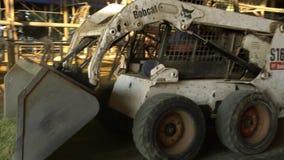 trattore 4K con ascensore idraulico per le balle di trasporto di fieno e di silaggio contadino stock footage
