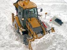 Trattore la neve di pulizia Immagine Stock