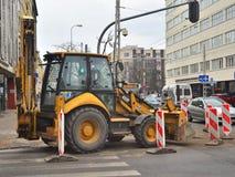 Trattore moderno della costruzione parcheggiato su una via Fotografia Stock Libera da Diritti