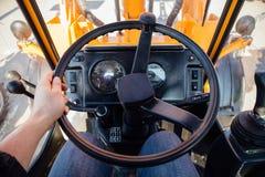 Trattore moderno interno rotella interna del trasporto della direzione dell'automobile Vista dal posto di lavoro Fotografia Stock Libera da Diritti