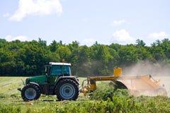 Trattore nel hayfield. Fotografia Stock Libera da Diritti