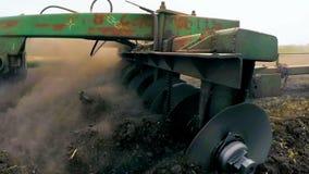 Trattore rurale che ara campo agricolo in Russia stock footage
