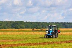 Trattore su un campo del coltivatore Fotografie Stock