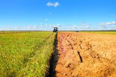 Trattore su un campo dell'agricoltore Immagine Stock Libera da Diritti