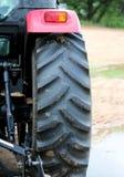 Trattore sul campo, retrovisione, la ruota posteriore Fotografie Stock