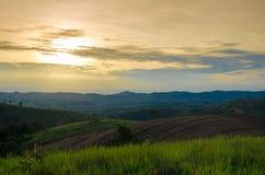 Trattori agricoli della montagna per i raccolti di piantatura E parzialmente covere Fotografie Stock