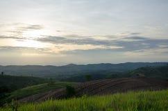 Trattori agricoli della montagna per i raccolti di piantatura E parzialmente covere Fotografie Stock Libere da Diritti