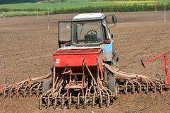 Trattori che coltivare i campi dell'azienda agricola Fotografie Stock Libere da Diritti