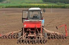 Trattori che coltivare i campi dell'azienda agricola Immagini Stock