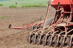 Trattori che coltivare i campi dell'azienda agricola Fotografia Stock