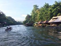 Tratwa i łódkowata wycieczka turysyczna przy siklawą Sai Yok Kanchanaburi Tajlandia zdjęcia royalty free