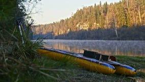 Tratwa na brzeg halna mglista lasowa rzeka zbiory