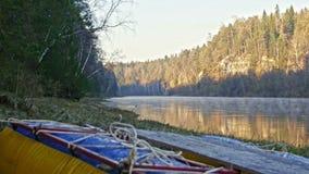 Tratwa na brzeg halna mglista rzeka zdjęcie wideo