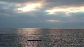Tratwa na ranku morzu zbiory wideo