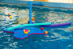 Tratwa, tubki, piłki w basenie Zdjęcie Royalty Free