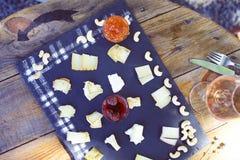 Traube, Satz der unterschiedlichen Art der Käse mit einem Glas des rosa Gewinns Lizenzfreie Stockbilder