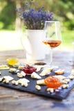 Traube, Satz der unterschiedlichen Art der Käse mit einem Glas des rosa Gewinns Stockbild