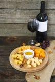 Traube, Satz der unterschiedlichen Art der Käse mit einem Glas Rotwein Lizenzfreie Stockbilder