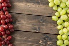Trauben auf hölzernem Hintergrund stockfoto