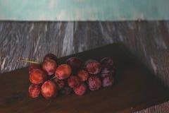 Trauben auf Tabelle lizenzfreie stockfotos