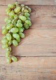 Trauben auf Weinlesebrettern Stockfoto