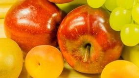 Trauben, Ba nanas, Äpfel, Aprikosen und Orangen Lizenzfreie Stockfotografie