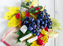 Trauben, Blätter und Käse Stockbild