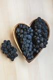 Trauben in einer hölzernen Platte der Herzform lizenzfreies stockfoto