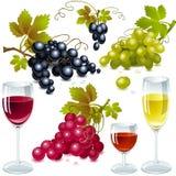 Trauben mit Blättern. Weinglas mit Wein. Lizenzfreie Stockfotografie