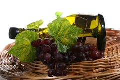 Trauben mit Blatt und Wein in a Lizenzfreie Stockfotos