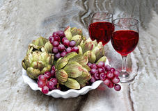 Trauben und Artischocken - Wein-Gläser - Stillleben Lizenzfreies Stockfoto