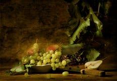 Trauben und Birnen auf einem Teller Lizenzfreie Stockfotos