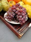 Trauben und Herbstfrüchte Stockfoto