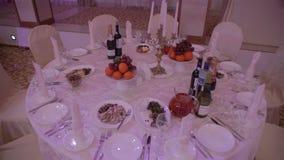 Trauben und Orangen auf einer Tabelle im Restaurant stock video