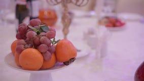 Trauben und Orangen auf einer Tabelle im Restaurant stock video footage
