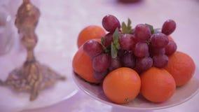 Trauben und Orangen auf einer Tabelle im Restaurant stock footage