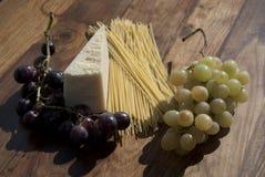 Trauben und Parmesankäse Lizenzfreie Stockfotos