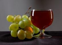 Trauben und Weinglas Lizenzfreie Stockfotos
