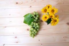 Trauben von Trauben auf einem Holztisch Stockfotografie