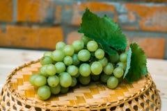 Trauben von Trauben auf einem Holztisch Stockfoto