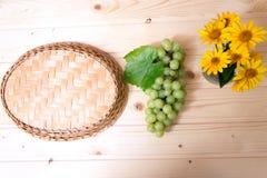 Trauben von Trauben auf einem Holztisch Stockfotos